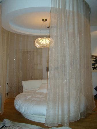 hotel lit rond le rideau qui ferme le lit rond picture of domaine de
