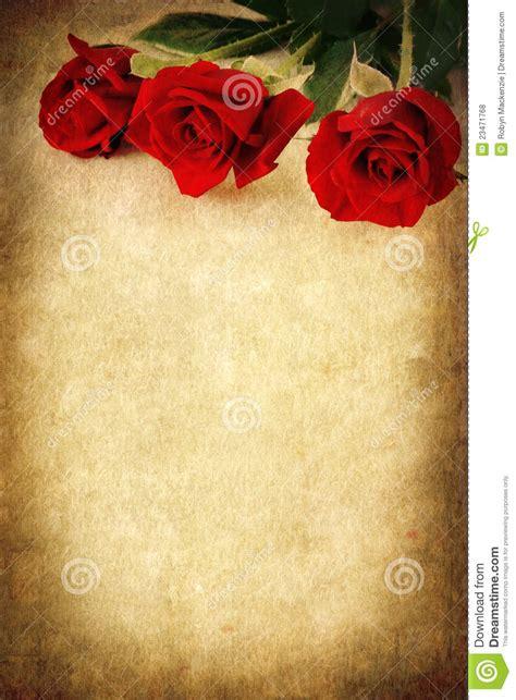 imagenes rojas de fondo tres rosas rojas sobre el fondo de grunge foto de archivo