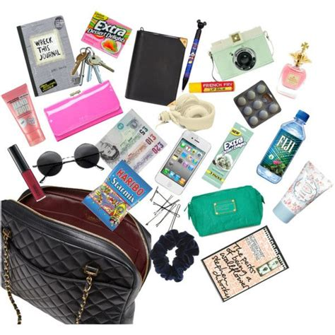 Whats In Your Bag Ezlins Dkny by Best 25 Purse Essentials Ideas On Wallets