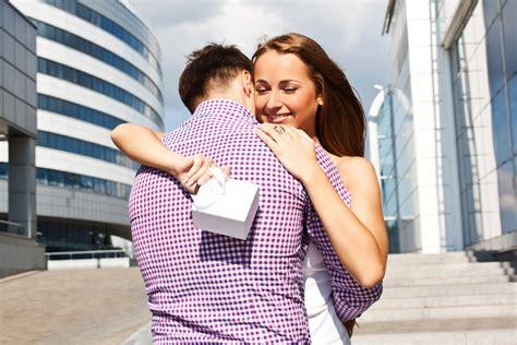 c 243 mo sorprender a amigos en sus cumplea 241 os imagenes de como sorprender a tu pareja con un regalo de navidad