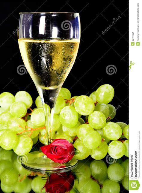 imagenes de uvas y copas copa de vino y uvas verdes imagen de archivo libre de