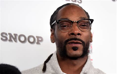 Snoop Dogg snoop dogg to induct tupac shakur into the rock and roll