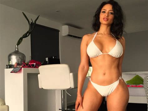 Istimewa Hughes Top Big Size model hughes makes our jaws drop in this pic for
