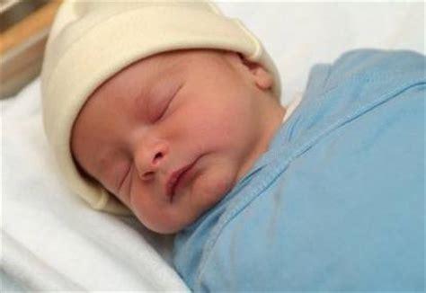 Gendongan Bayi Yang Baru Lahir menggendong bayi baru lahir murtini ni nyoman
