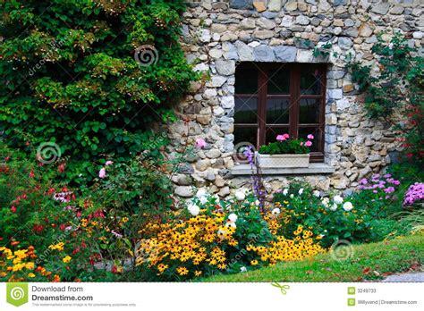 imagenes de jardines en ventanas casa y flores piedra construidas fotos de archivo imagen