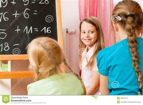 schule spielen zu hause kinder die schule spielen stockfoto bild heimarbeit