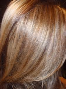 layred hairstyles eith high low lifhts hairstyles and women attire light blonde with caramel