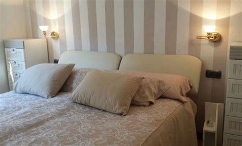 cabecero de cama papel pintado rayas beige reformas  decoracion de interiores en leon