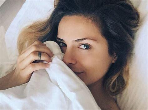 clara morgane toute nue dans lit fait grimper