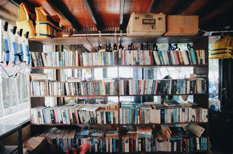 buku buku berdebu di sudut