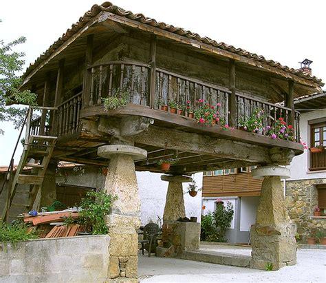 granero logan square horreo el h 243 rreo asturiano cuadrado y de madera es una