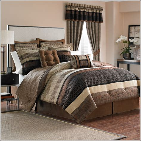 queen size comforter set with coressponding curtains in