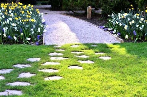 realizzare giardino simple percorsi in giardino con ghiaia e pietre irregolari