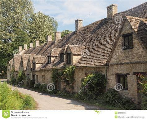 cottage inglesi riga dei cottage inglesi tradizionali fotografia stock