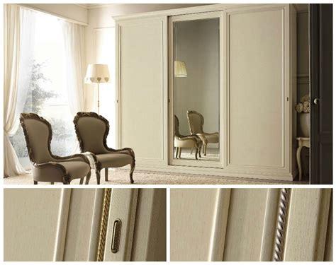 armadio con ante scorrevoli a specchio armadio a tre ante scorrevoli in legno con specchio