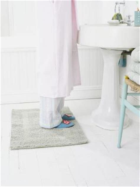 how to remove bath mat stains from bathtub how to remove yellowing on vinyl floors with pictures ehow