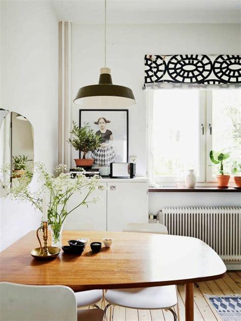 Bien Rideaux De Cuisine Originaux #3: comment-bien-choisir-le-rideau-de-cuisine-dans-la-cuisine-moderne-fleurs-sur-la-table.jpg