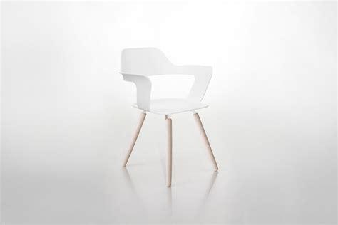 Stuhl Weiss Mit Holzbeine by Stuhl Mit Armlehnen Muse Wei 223 Holzoptik Radius Design