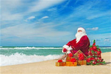 imagenes de santa claus en la playa padre christmas stands with su saco en la playa im 225 genes