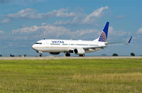 united airline passenger steps in after united 737 pilot falls ill during