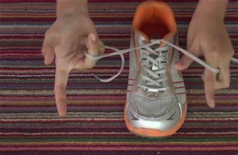 tutorial mengikat sepatu cara mengikat tali sepatu dengan cepat mudah dan praktis