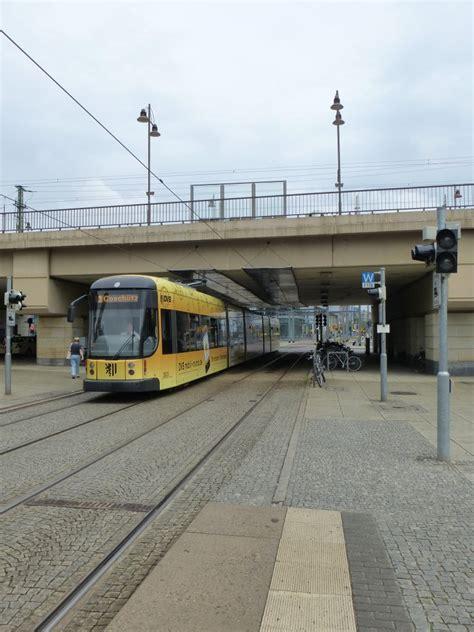der wagen der wagen nr 2831 der dresdener tram macht sich hier