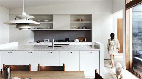 Supérieur Bar Pour Separer Cuisine Salon #5: Cuisine-americaine-facade-et-ilot-couleur-blanche-ouverture-salle-a-manger-avec-chaises-et-table-bois-parquet-clair.jpg