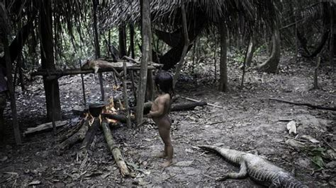 film petualangan di hutan amazon gambar wanita penghuni hutan amazon menyusui hewan liar