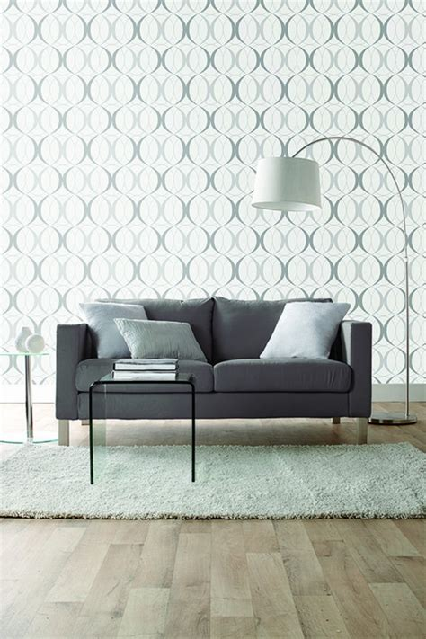 Charmant salon peint en gris #1: salon-avec-murs-en-papier-peint-blanc-canape-gris-tapis-blanc-sol-en-parquet-clair.jpg