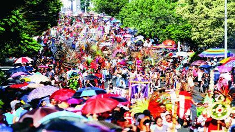 la fiesta de la santa cruz inunda de colorido las calles de valencia alistan fiesta de la santa cruz en quer 233 taro el gr 225 fico