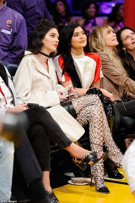 Gamis Ayla Grey jenner and kendall sit court side at la lakers