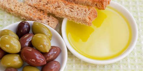 Minyak Zaitun Malang jaga kesehatan jantung dengan mencelupkan roti ke minyak zaitun merdeka