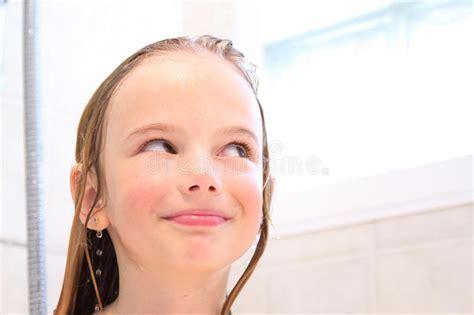 Gl Ckliches M Dchen In Der Dusche Stockbild Bild Von L Cheln Wei
