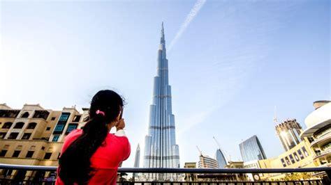uni emirat arab bebaskan visa wisatawan berusia  bawah