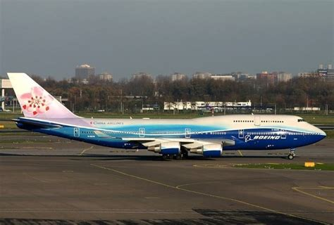 How was the Boeing 747 400 changed to become the Boeing