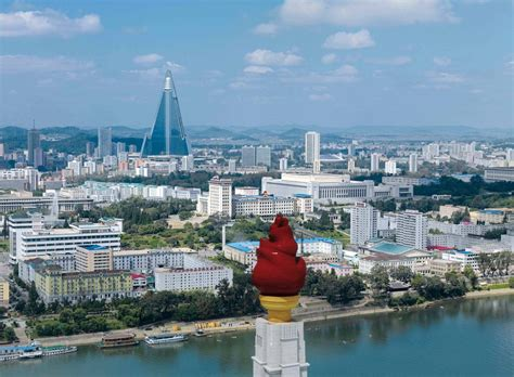 Hous Com by Pyongyang Dom Publishers