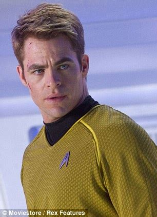 how to get captain kirk hairstyle chris pine says he wasn t a fan of the star trek before