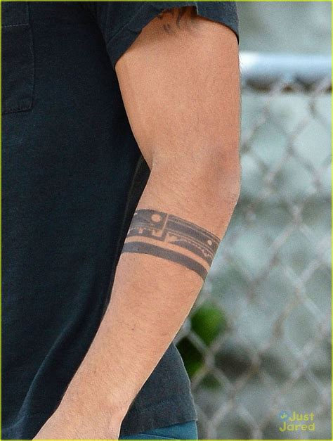 taylor lautner tattoos lautner tattooed for tracers photo 571531