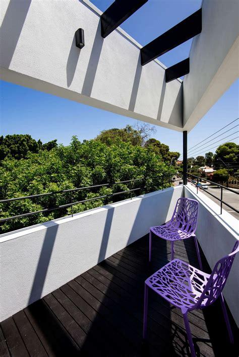 rumah modern unik  bentuk segitiga arsitektur arsitekturme