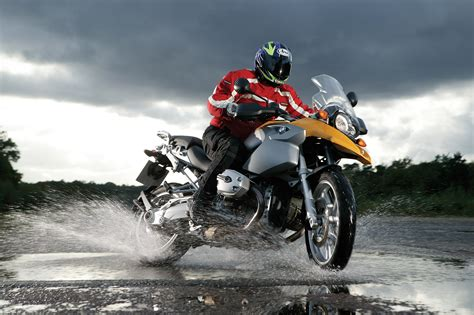 motorcycle riding wet weather motorcycle riding tips visordown