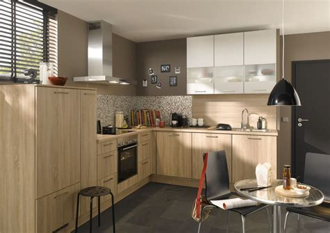 l küche mit elektrogeräten wand streichen mit besen