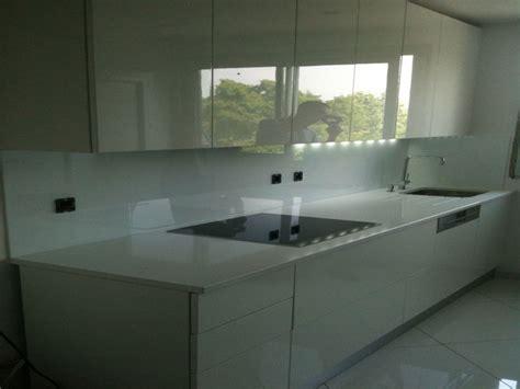 cr馘ence en verre pour cuisine acheter credence cuisine verre blanc cr 233 dences cuisine
