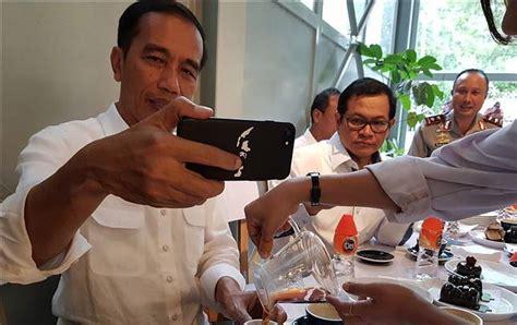 Casing Hp Pak Presiden Jokowi Peta Iindonesia Oppo Xiaomi Hardcase ngopi bareng bareng menteri foto presiden jokowi ini bikin netter salah fokus lihat casing hp