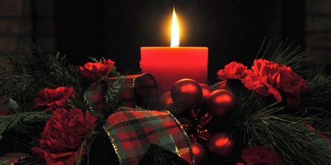 candele con fiori 12 centrotavola natalizi fai da te creativi con candele e