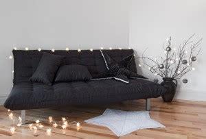 verzierung eines kleinen schlafzimmers auf einem etat futonbett
