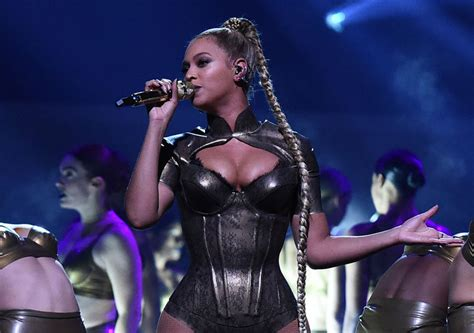 beyonc 233 rips left earlobe suffers wardrobe malfunction in