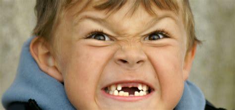 imagenes de niños que se caen que significa si el ni 241 o sue 241 a que se le caen los dientes