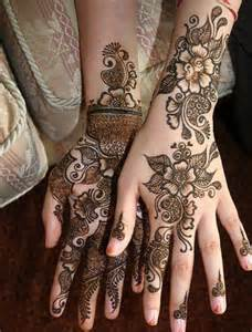 Love the arabic mehndi design simple yet sexy looking