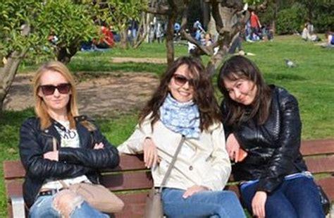 donne sedute si vedono le la foto di queste ragazze su una panchina nel parco ha