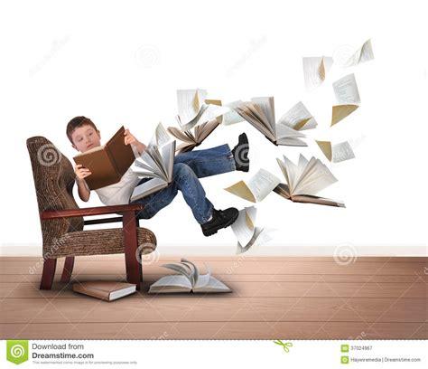 Jungen Lesefliegen B 252 Cher Im Stuhl Auf Wei 223 Lizenzfreie